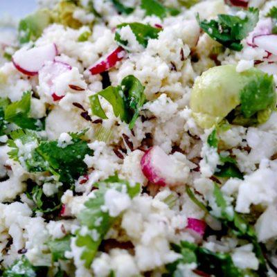 Salade de chou-fleur cru radis-avocat-cumin