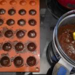 plaque demi-sphère badigeonnée de chocolat