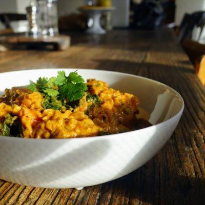 dahl de lentilles corail et légumes dans un bol